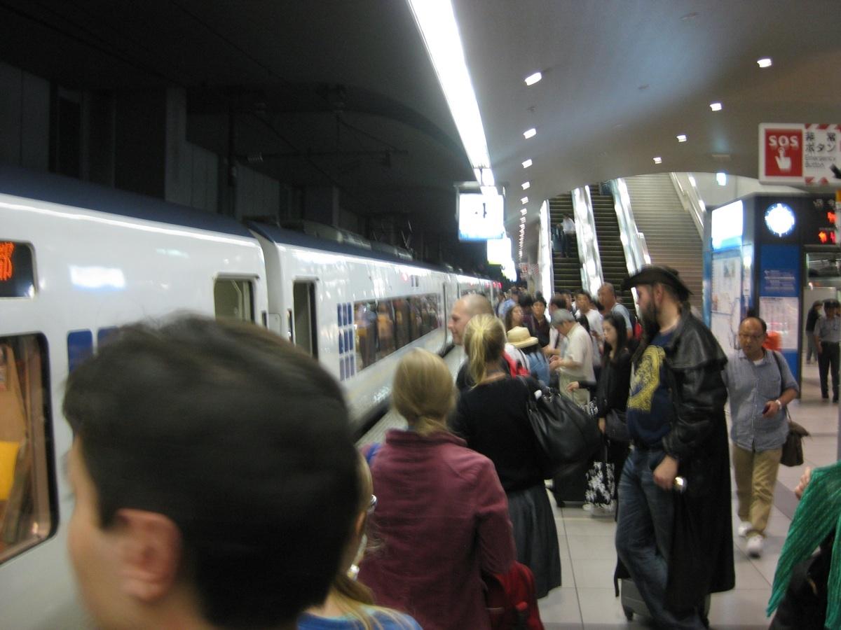 junaa odottamassa