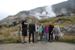Lahti Yuko Aikikain ryhmä vuorella Hakonessa rikkilähteiden höyryjä haistelemassa.