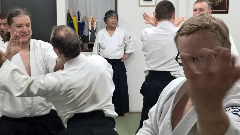 Tee parhaasi mukaan opettajan näyttöjen ja ohjeiden mukaan! Igarashi Dojolla vaihdetaan yleensä paria joka tekniikassa, päinvastoin kuin Hombulla. Yleensä yempivöinen aloittaa tekniikan tekemsien ensin.
