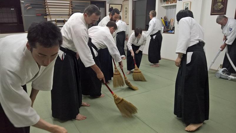 Treenien jälkeen tatami harjataan ja yksi imuroi roskat keskeltä