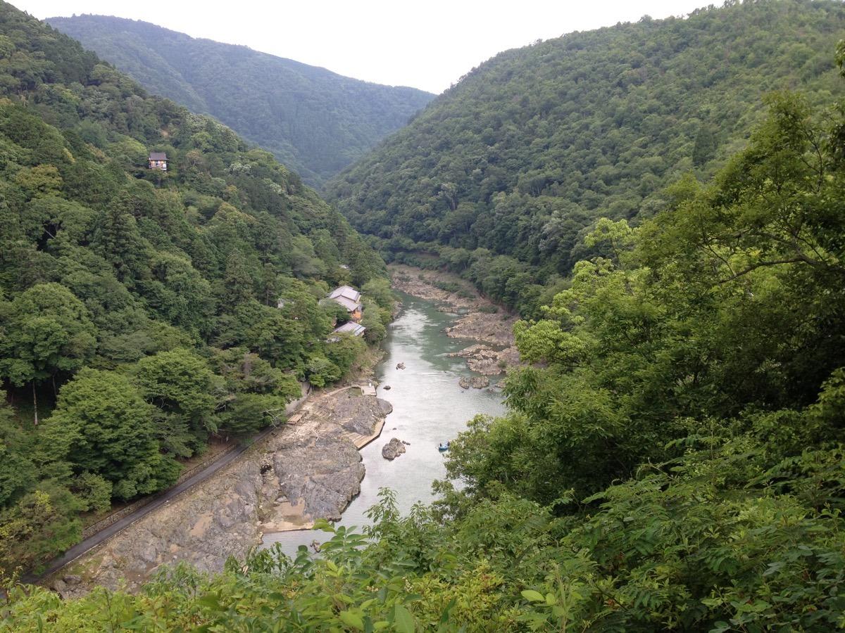 Joki ja vuoria Arashiyamassa.