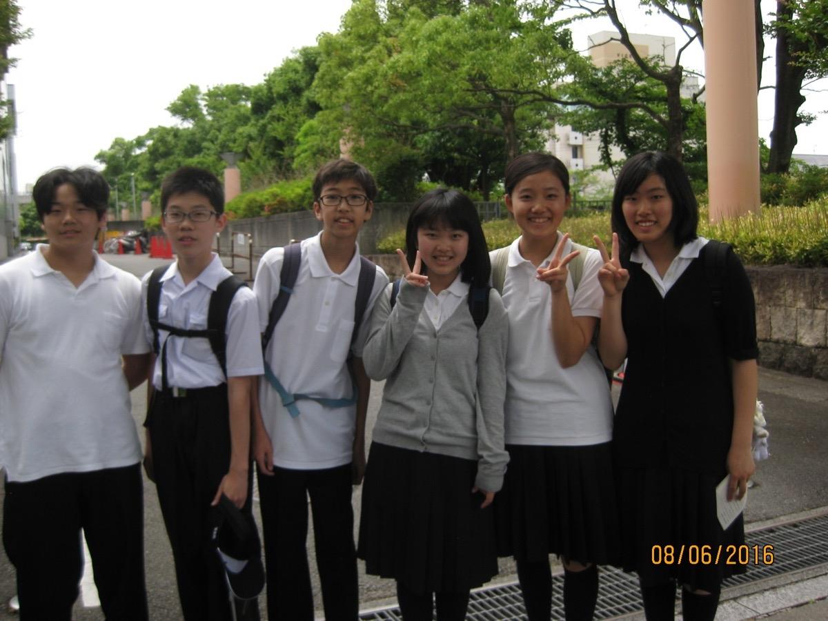 Nämä koululaiset opiskelivat myös vieraita kieliä. Heille oli ilmeisesti annettu tehtäväksi mennä keskustelemaan englanniksi turistien kanssa.