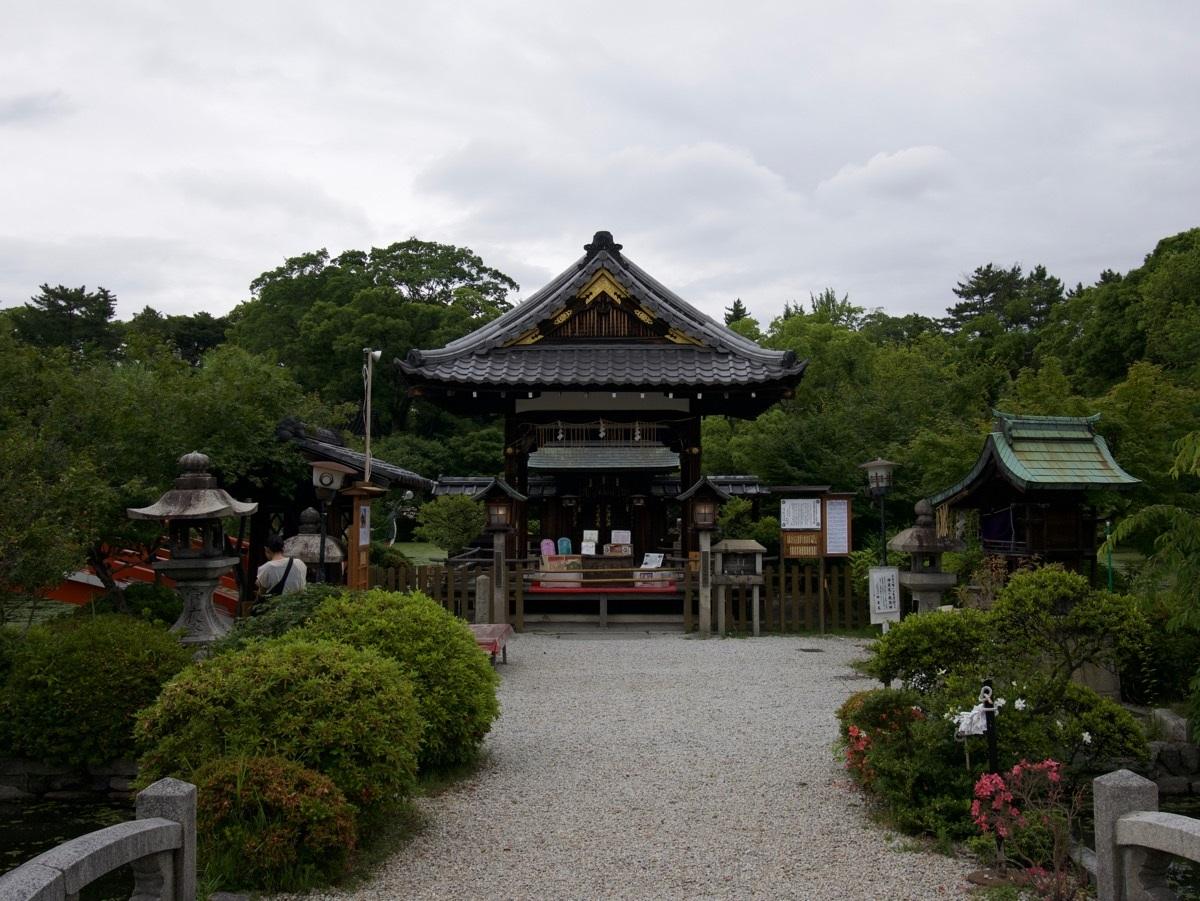 Temppeleitä ja pyhäkköjä on Kiotossa lähes joka kadunkulmassa.