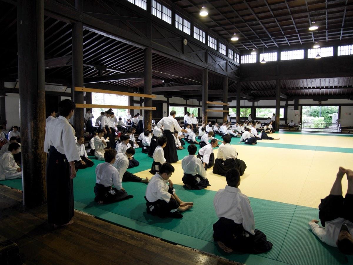 Harjoittelijoita Butokudenilla odottamassa harjoitusten alkua.