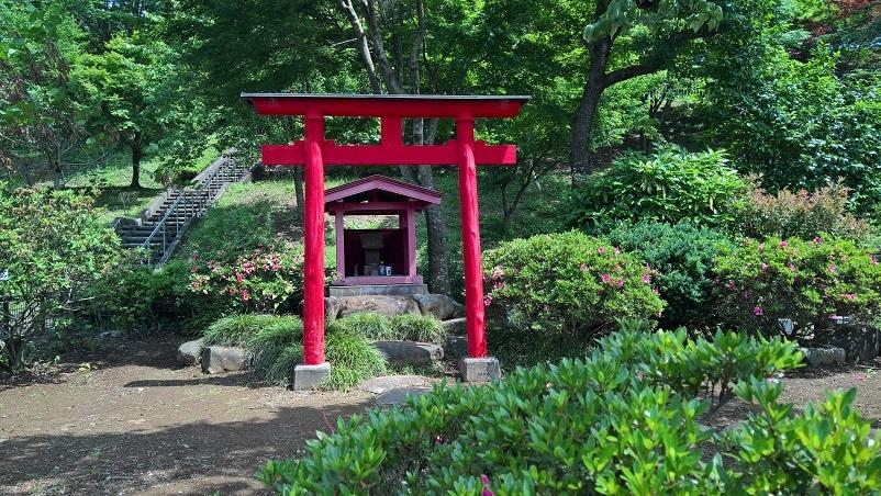 Torii elikkäs shintolainen portti pyhättöön