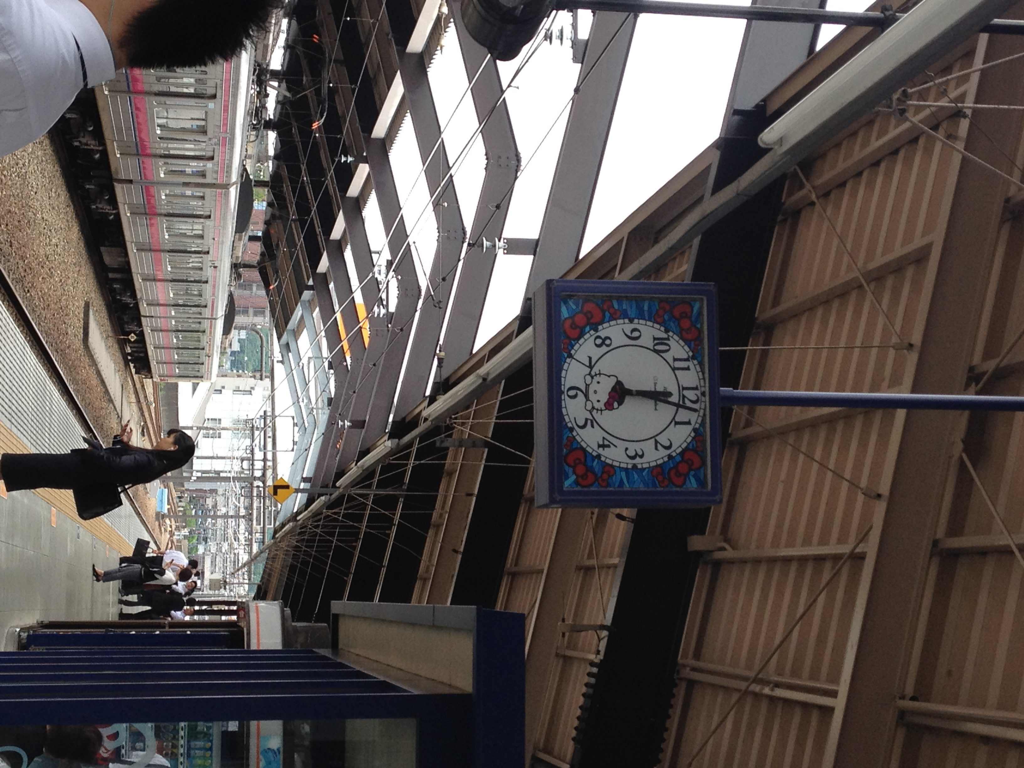 Kello Keio Tama centerin asemalla.