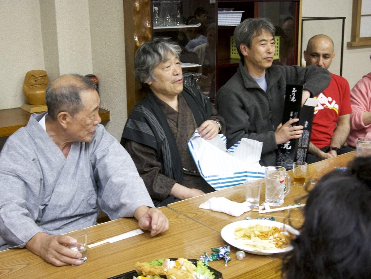 Arai-sensei ja Igarashi-sensei. Paketista avataan Doshun lahjoittamaa 80-vuotiasta sakea.