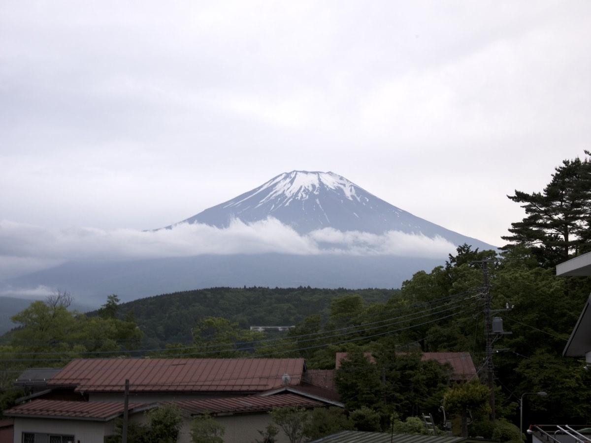 Sateisesta ilmasta huolimatta Fuji-vuori näyttäytyi. Vuori on monesti sumun peitossa.